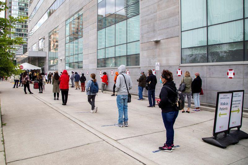 fila en el centro de pruebas de la enfermedad por coronavirus (COVID-19) de Women's College en Toronto, Ontario, Canadá.
