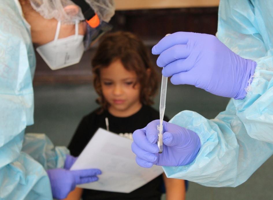 Una niña participando en el estudio del campamento de verano Kids Corona Una enfermera toma una muestra de una de las niñas que ha participado en el estudio Kids Corona en el campamento de verano de Thau School.