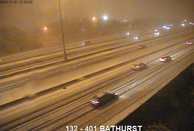 autopista 401 cubierta de nieve en Toronto por Bathurst Street el 1 de noviembre de 2020