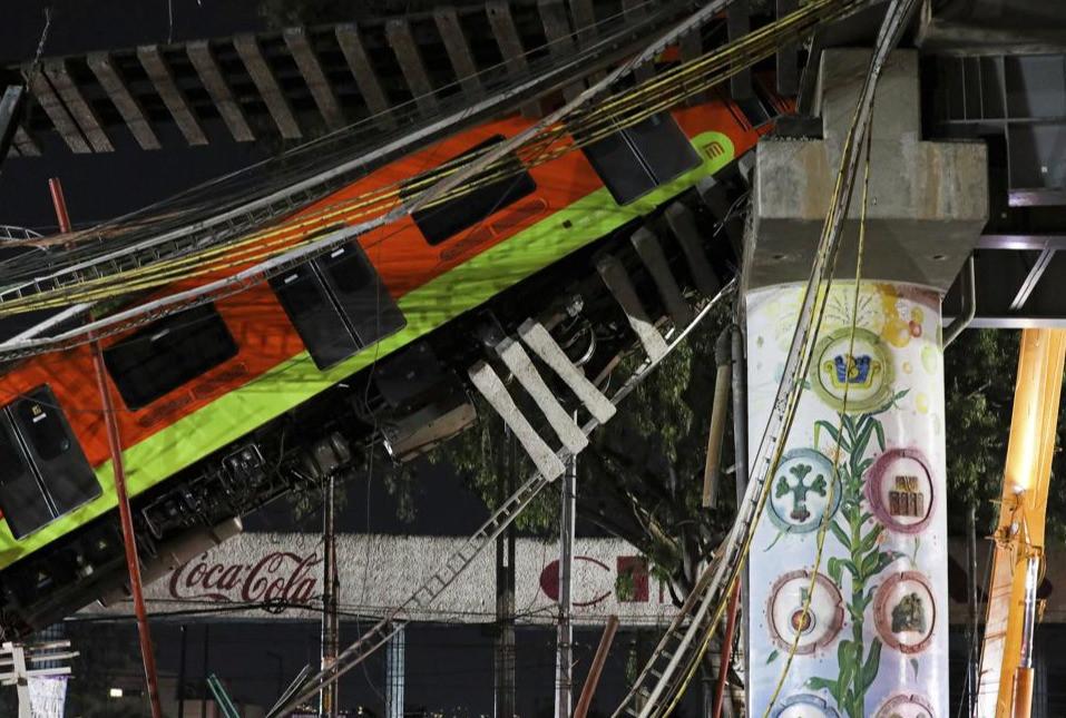 Al menos 20 muertos deja el derrumbe de un paso elevado del metro de Ciudad de México.