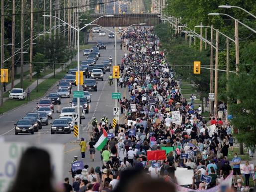 Marcha multitudinaria por el ataque a la familia musulmana