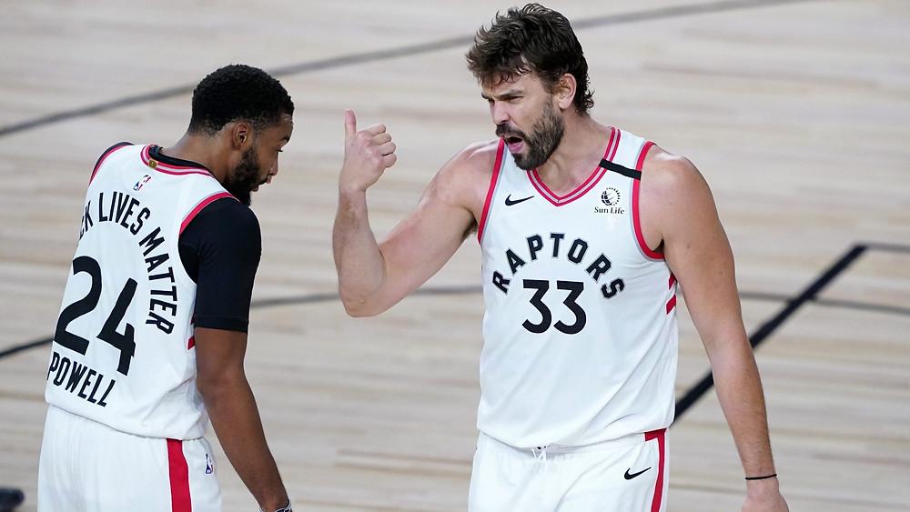 Norman Powell (24) y Marc Gasol (33) de los Raptors de Toronto