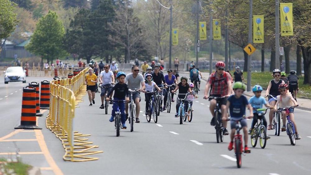 los carriles cerrados brindan espacio para que los corredores y ciclistas salgan al aire libre durante la pandemia