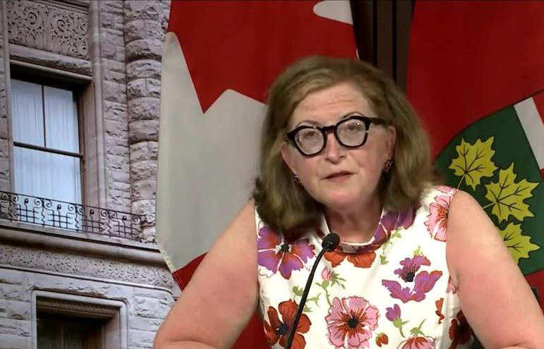 La Dra. Barbara Yaffe, directora médica asociada de salud de Ontario, anunció el primer caso fatal de la extraña condición de coagulación sanguínea asociada con la vacuna COVID-19 de Astrazeneca. Durante una conferencia de prensa en Queen's Park, el martes por la tarde, ella dijo que un hombre de unos 40 años desarrolló trombocitopenia trombótica inmunitaria inducida por la vacuna (VITT), después de recibir su primera dosis a fines de abril, y murió unas semanas después.