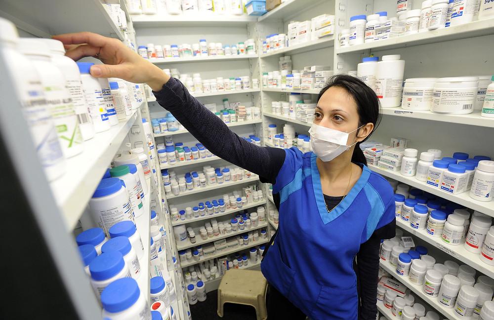 La técnica de farmacia Nicole Medeiros completa un pedido en la tienda Glen Cade Pharmacy & Home Health Care.