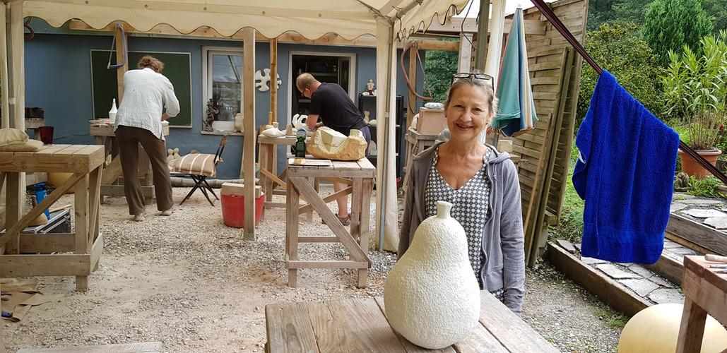 So sieht Zufriedenheit aus. Glückliche Kursteilnehmerin nach Fertigstellung ihrer Skulptur.