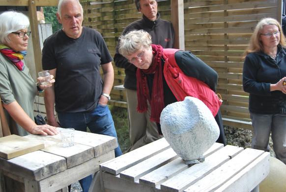 Immer wieder schauen auch die Teilnehmer der Steinbildhauerkurse gegenseitig auf ihre Skulpturen und helfen einander weiter.