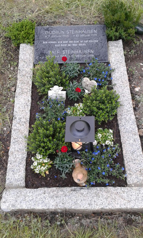 Grabstein. Kleines Kissen auf dem Friedhof Köln Nord. 35 (h) x 45 (b) x 10 (t) cm Irischer Limestone