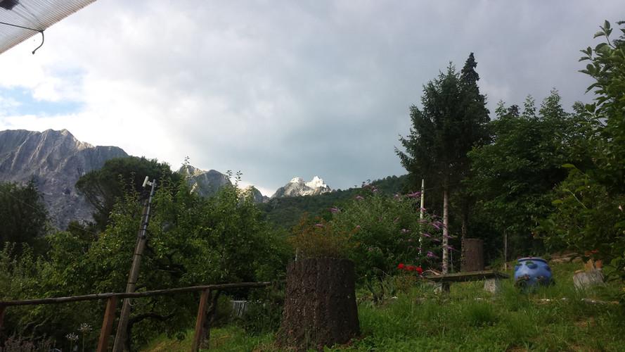Schöne Aussicht auf die toskanischen Berge vom Campo-Arbeitsplatz.