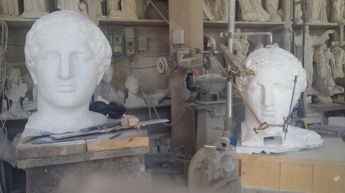 Es gibt viel zu sehen in  den Bildhauerstudios von Pietrasanta. Gipsmodell und Kopie in Marmor.