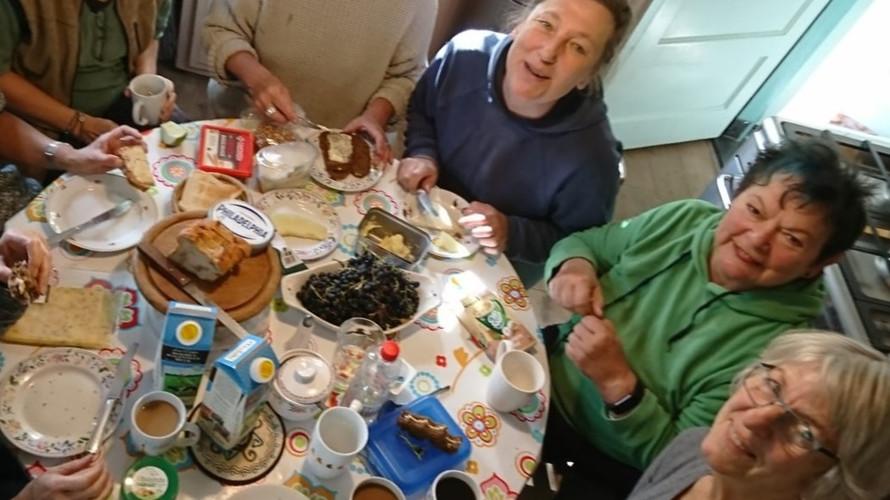 Auch zwischendurch ist Stärkung wichtig. Hungrige Teilnehmer am Tisch.