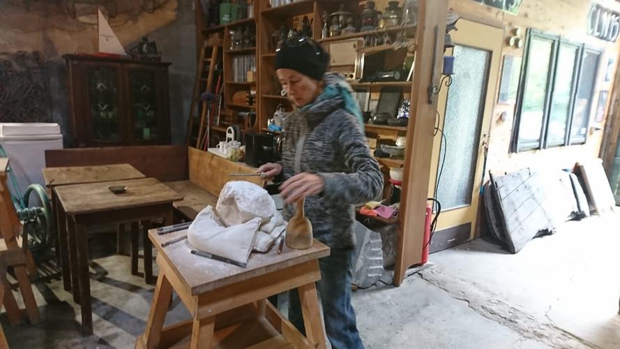 Kursteilnehmerin bei der Bearbeitung eines Alabastersteins.