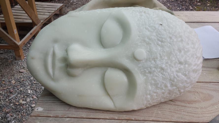 Kursarbeit. Buddahkopf aus Venato, weißer Marmor. So entspannt sind auch die Teilnehmer.