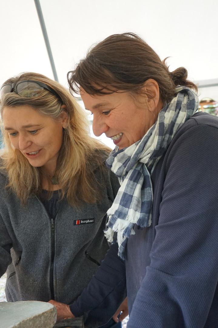 Spaß bei der Arbeit haben wir alle. Ulla Preising und eine Kursteilnehmerin bei der Besprechung der Form während Bildhauerkurses.