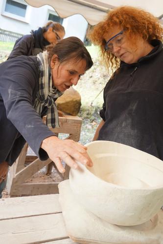 Bei der Besprechung während des Bildhauerkurses.