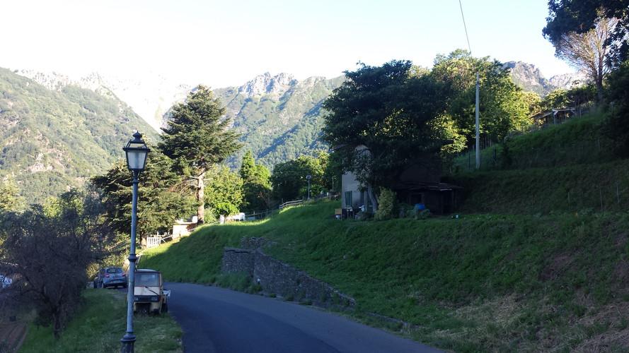 Blick auf den Monte Altissimo von Azzano di Seravezza aus.