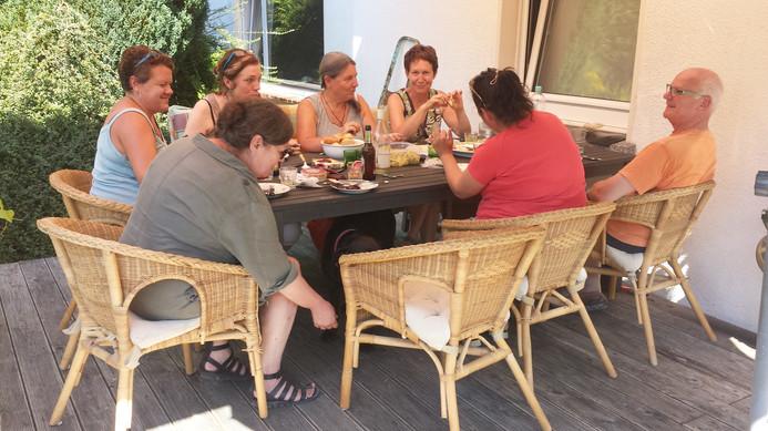 Pause auf der Terrasse. Viel Platz am gedeckten Tisch.