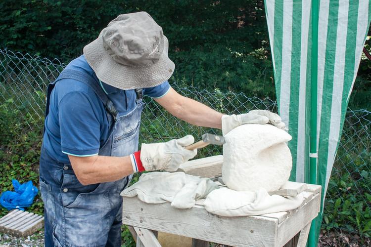Teilnehmer konzentriert beim Einsatz vom Stockhammer. Ganz bei der Sache.