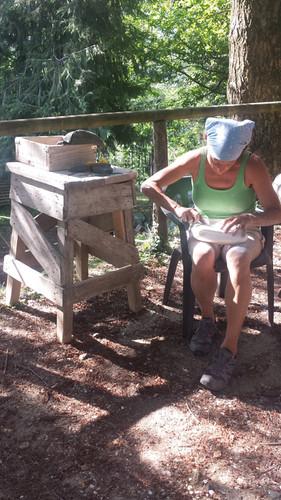 Beim Finishing. Kursteilnehmerin bei letzten Arbeiten an der Skulptur.