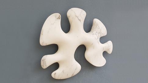 Gegenstandslose Form. Statuario venato. Italienischer Marmor.
