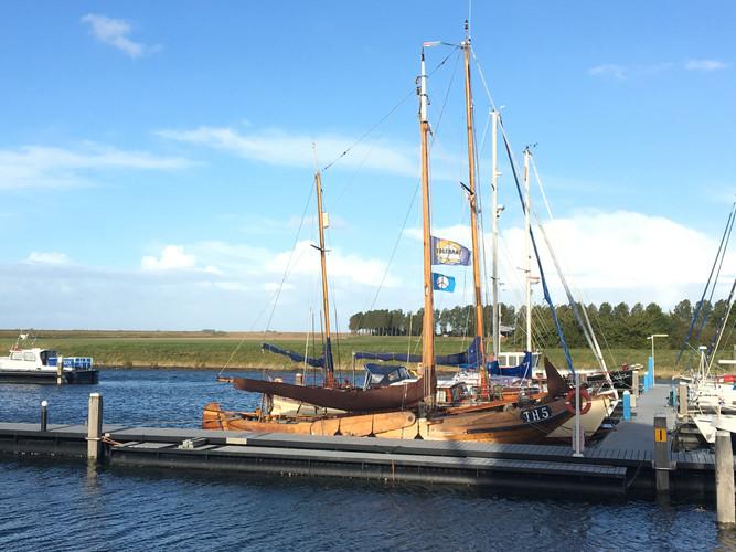 Wasser und Boote. Der Hafen von Stavenisse, Holland.