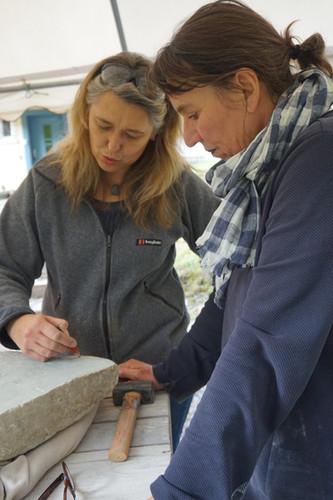Bespechungen. Immer wieder schauen, sich austauschen und die Form weiter entwickeln. Teilnehmerin und Ulla Preising kontrollieren den Fortschritt der Bildhauerarbeit.