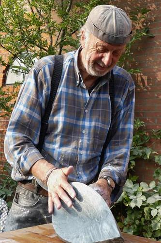 Bildhauer vergnügt bei der Arbeit.