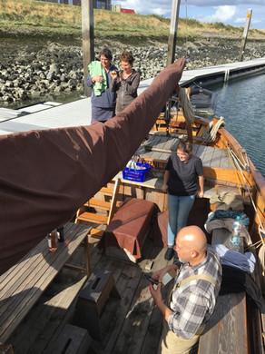 Mittagspause auf dem Boot im Hafen von Stavenisse.