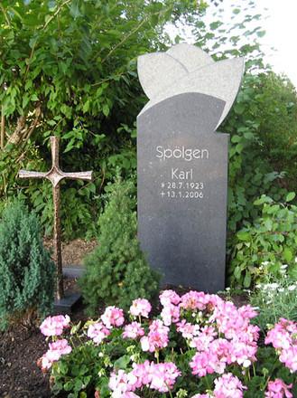 """Grabstein """"Lebensbaum"""" auf dem Friedhof in Derichsweiler. 160 (h) x 80 (b) x 20 (t) cm Granit"""