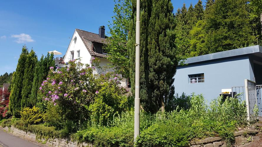 Haus und Werkstatt. Umgeben von Wald und kleinen Bächen im Ortsteil Drosselhardt.