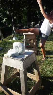 Freude am Tun sieht so aus. Teilnehmerin tanzt um ihren Stein herum.