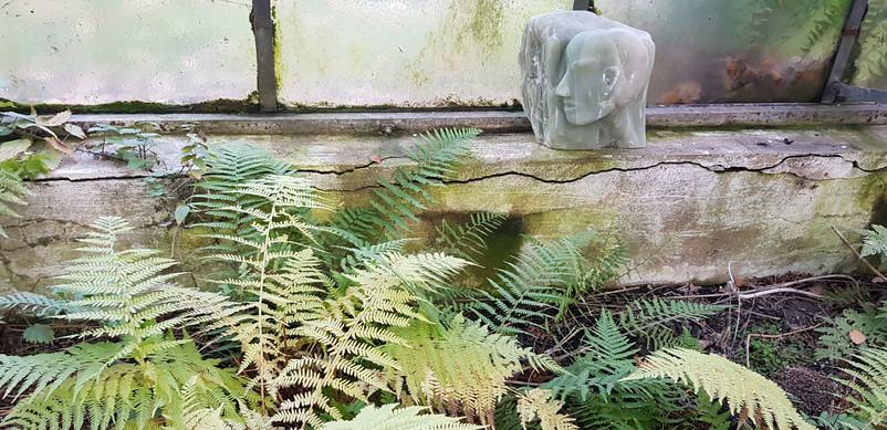 Die Skulpturen integriert in die Umgebung.