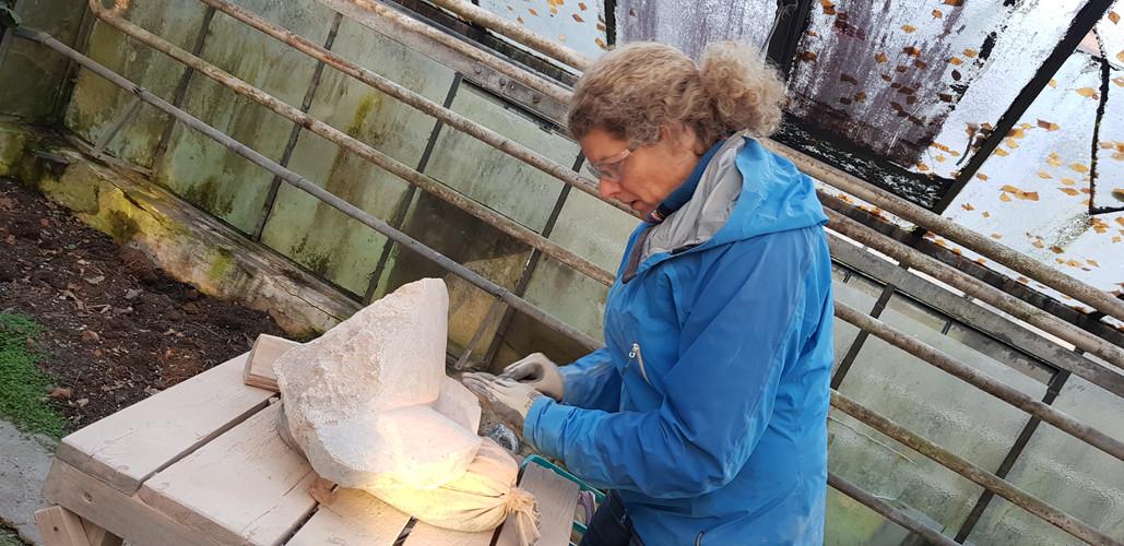 Teilnehmerin bei der Arbeit mit einem Serpentin-Stein.