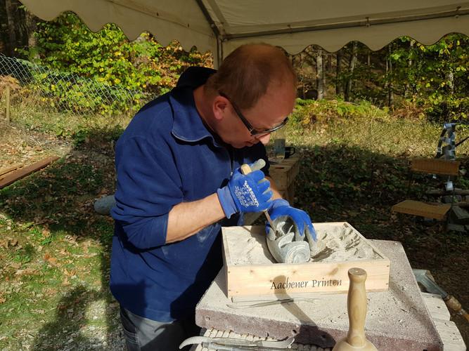 Teilnehmer arbeitet mit Raspel. Feine, kleine Arbeiten aus Stein benötigen Fingerspitzengefühl.