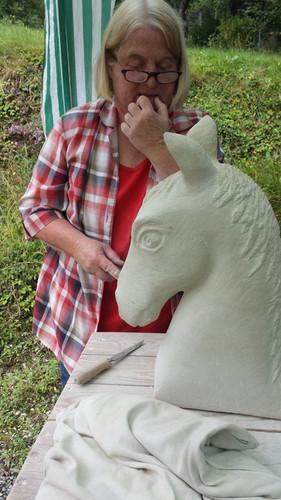 Kursteilnehmerin bei der Reflektion. Ist es schon gut, oder noch nicht? Nicht nur abstrakte Skulpturen entstehen während des Bildhauerkurses.
