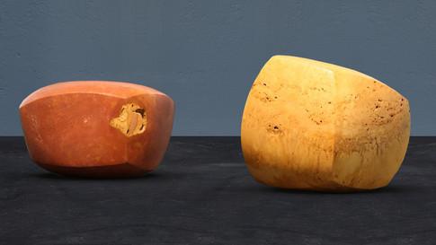Abstrakte Skulptur. Roter und gelber Travertin. Iran.