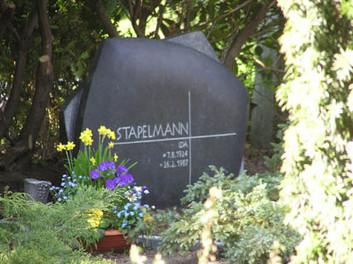 Grabstein und Grabgestaltung für  Familiengrab in Unna. 100 (h) x 130 (b) x 50 (t) cm Irischer Limestone