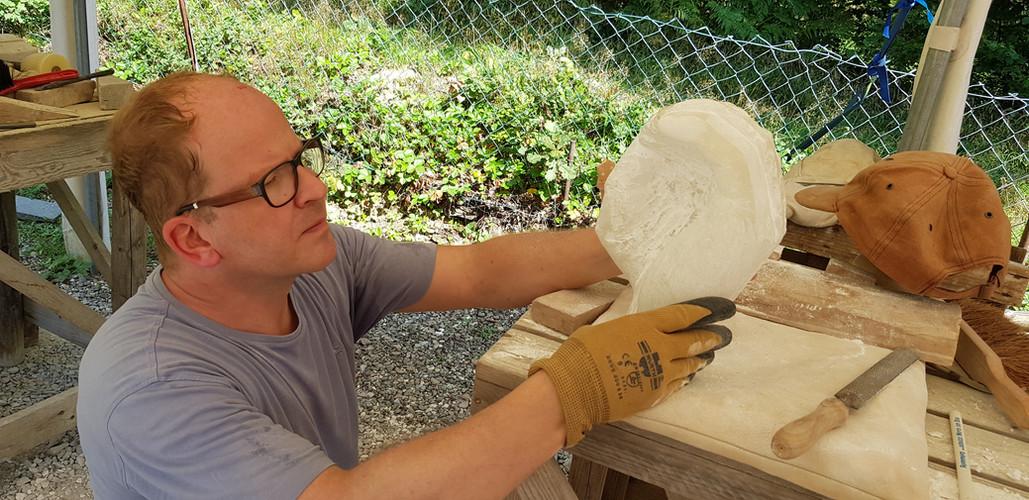 Kritisch schaut der Bildhauerfreund und geduldig arbeitet er weiter. Das gehören zum Arbeitsprozess.