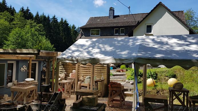 Der Außenarbeitsplatz für die Bildhauerkurse. Überdachungen schützen vor zu viel Sonne, und auch bei Regen lässt es sich hier gut arbeiten.