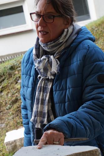 """""""Hier muss noch gearbeitet werden"""".  Ulla Preising bei der Besprechung einer Kursarbeit."""