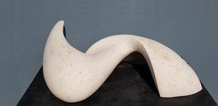 Abstrakte Skulptur aus Gips.