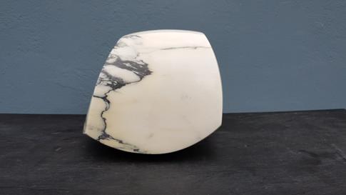 Gegenstandslose Form. Paonazzo. Marmor.