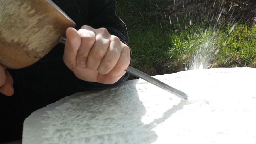 Der Schlag sitzt. Kursteilnehmerin bei der Arbeit mit Alabaster.