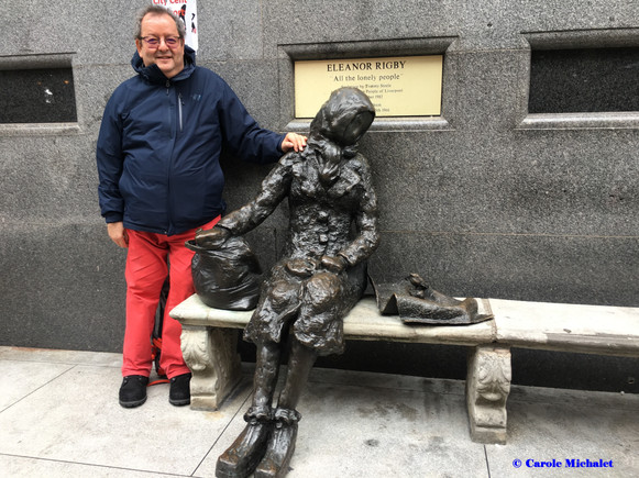 Stanley Street à Liverpool avec la statue d'Eleanor Rigby par Tommy Steele août 2018