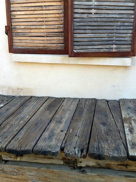 תריס ושולחן ישן
