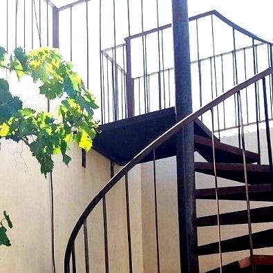 מדרגות לולייניות מברזל חלוד ויפה