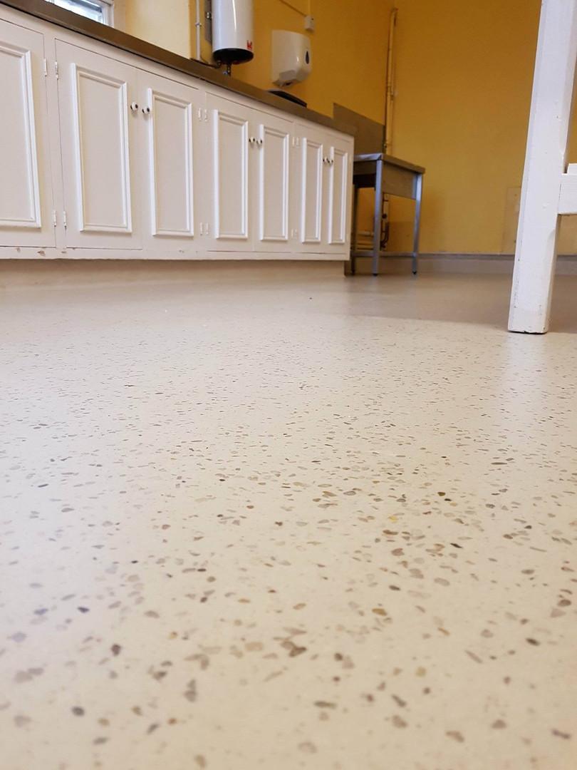 White limestone seamless resin floor with mixed pebble