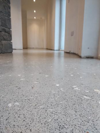 Seamless resin floor, grey limestone