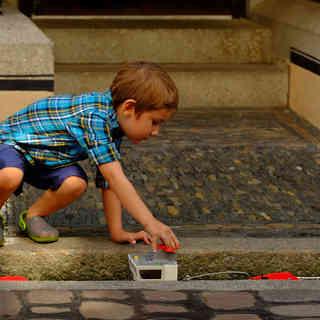 #spielendes Kind #Freiburger Bächle