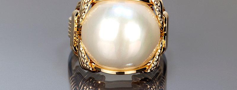 White Mobe Pearl Ring